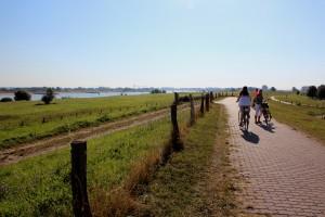 Lekker fietsen op de dijk naar Nijmegen, Kleve of Emmerik
